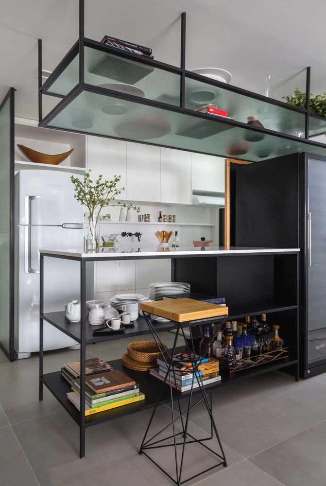 Já para a cozinha de estilo moderno e industrial, apenas o tampo da bancada é feito de porcelanato, a base é de ferro