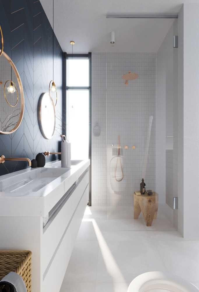 Depois de pronta, você pode optar por instalar junto à bancada de porcelanato um gabinete simples