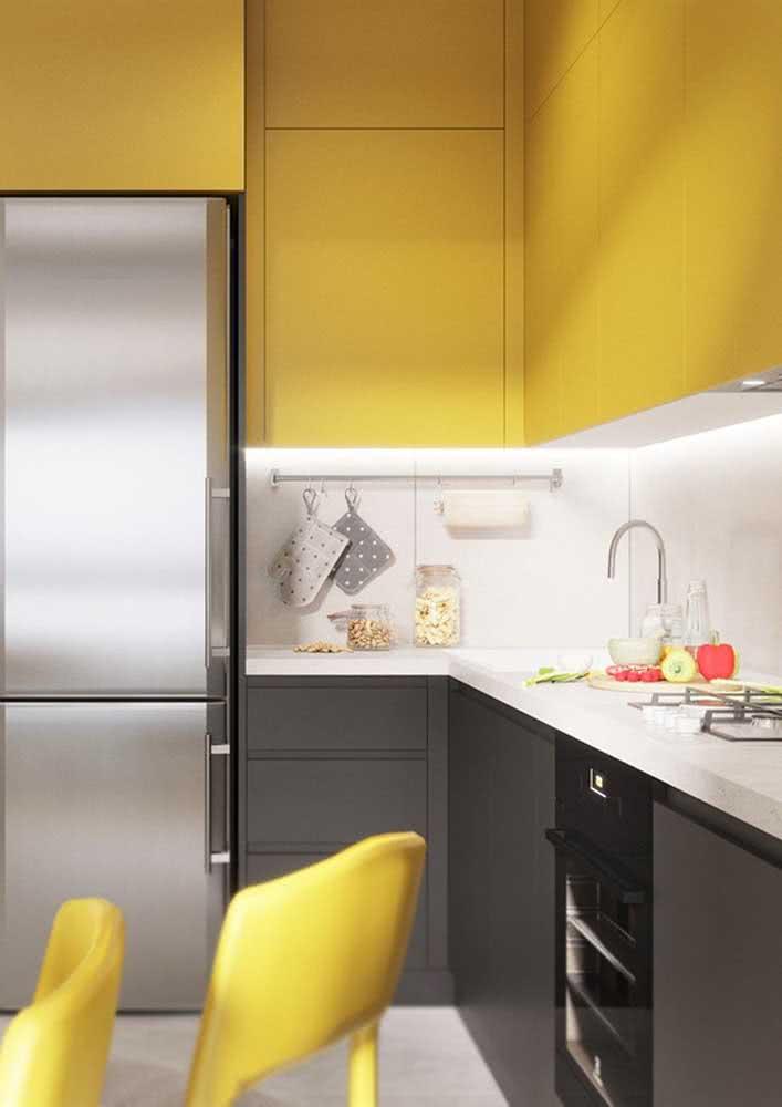 E para deixar a cozinha amarela ainda mais aconchegante instale luzes de LED sob os nichos