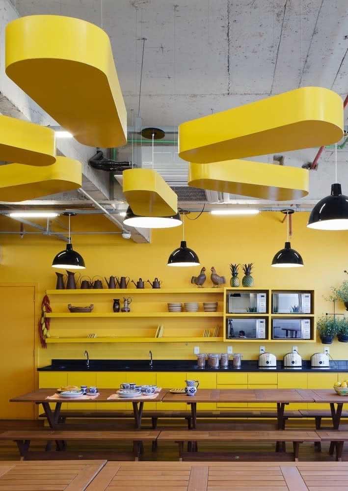 Cozinha amarela integrada e cheia de personalidade