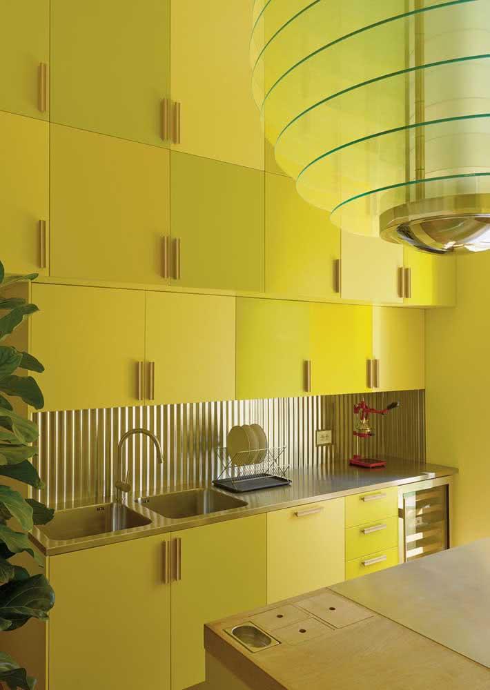 Aqui, o amarelo entra na pintura da meia parede em companhia do branco