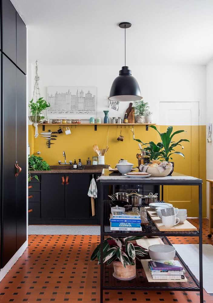 O preto e o marrom entram para complementar a decoração da cozinha amarela