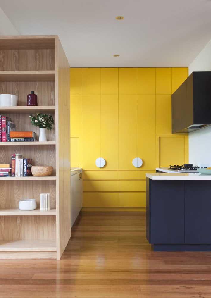Que tal um trio de cores para os armários? Aqui entram o amarelo, o preto e o azul