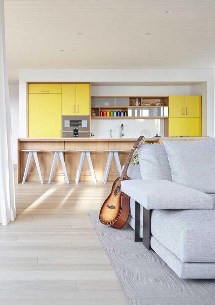 Cozinha branca e clean com móveis amarelos