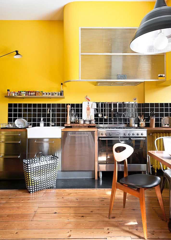 Parede amarela e pastilhas pretas na cozinha, o que acha?