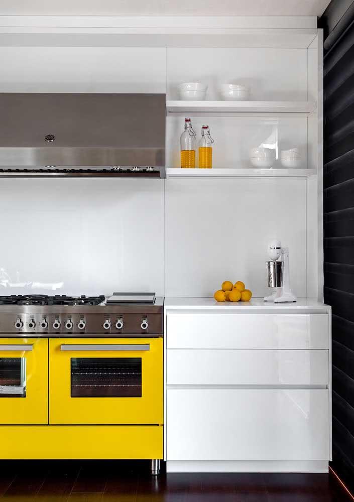 Cozinha amarela com toque retro apaixonante