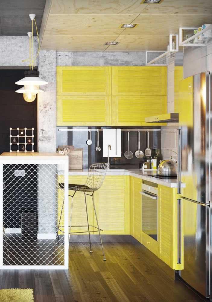 Já o piso de madeira traz o conforto que a cozinha amarela precisa