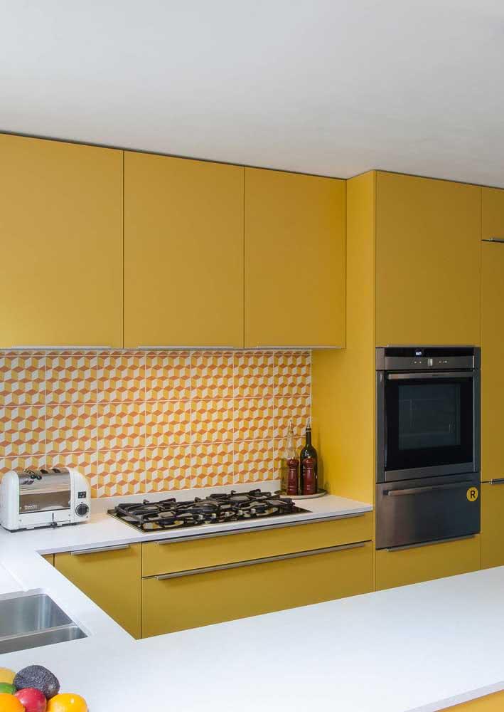 Cozinha amarela retro com revestimento laranja