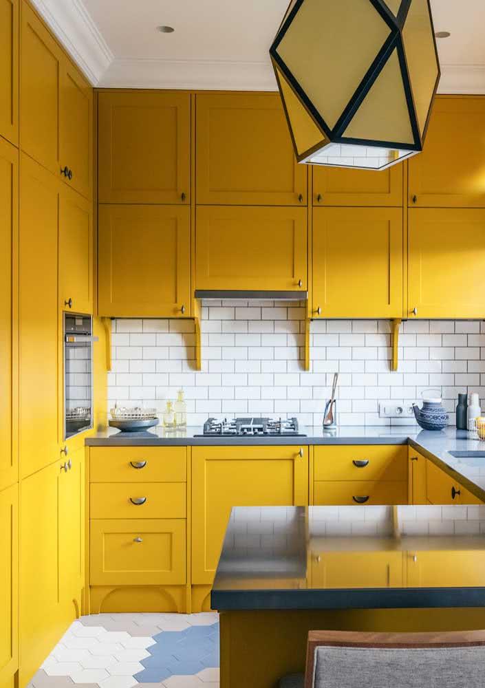 Marcenaria clássica com toque ousado de amarelo queimado