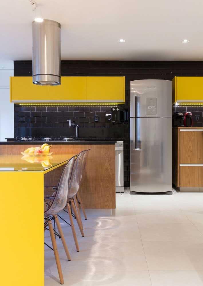Cozinha amarela e preta para quem é apaixonado por contrastes