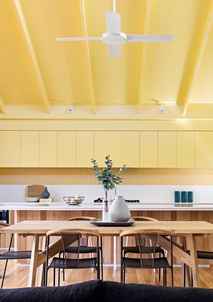 A combinação entre a cor amarela e a madeira é perfeita