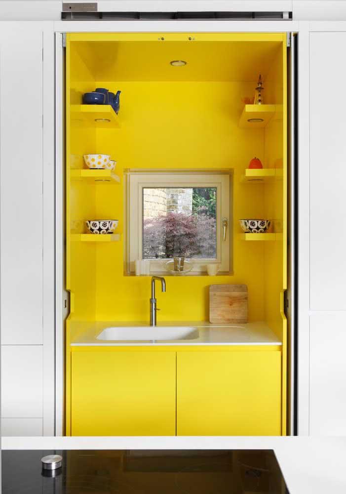 Aquele nicho amarelo diferentão para quebrar a monotonia da cozinha