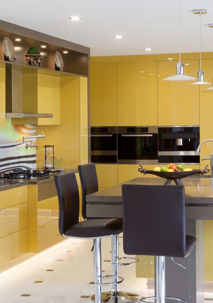 A cozinha amarela e marrom nem sempre precisa ser rústica, essa aqui, por exemplo, é bem moderna