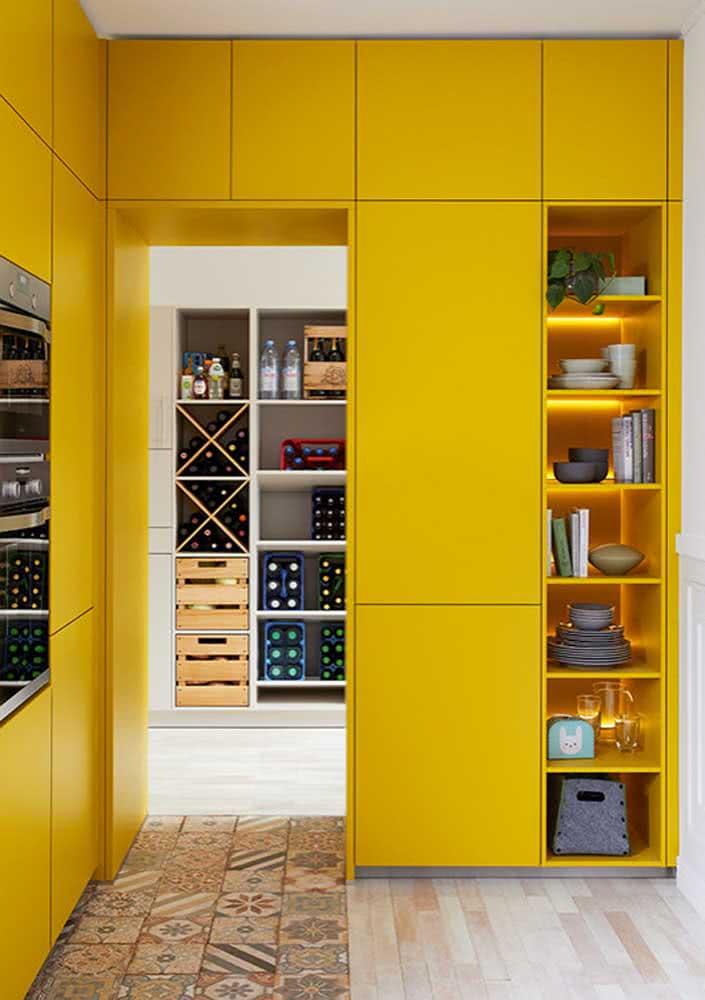 Como não amar uma decoração de cozinha amarela feito essa?