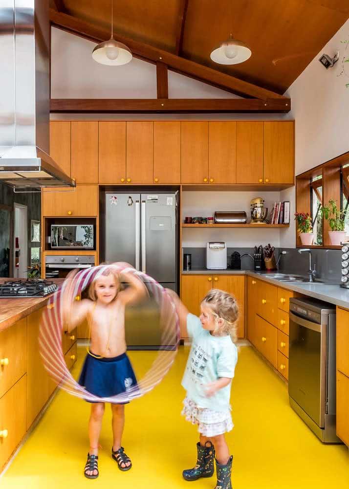 Às vezes, um piso de cozinha amarelo pode ser tudo o que você mais precisa nessa vida