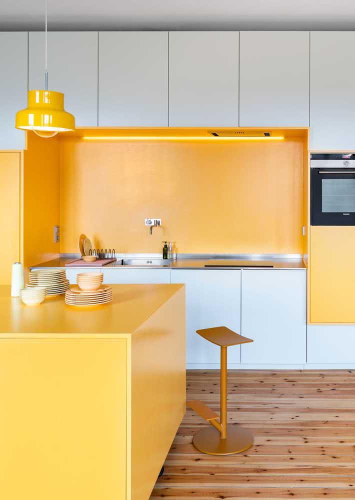 Cozinha amarela e branca com destaque para os móveis de design clean