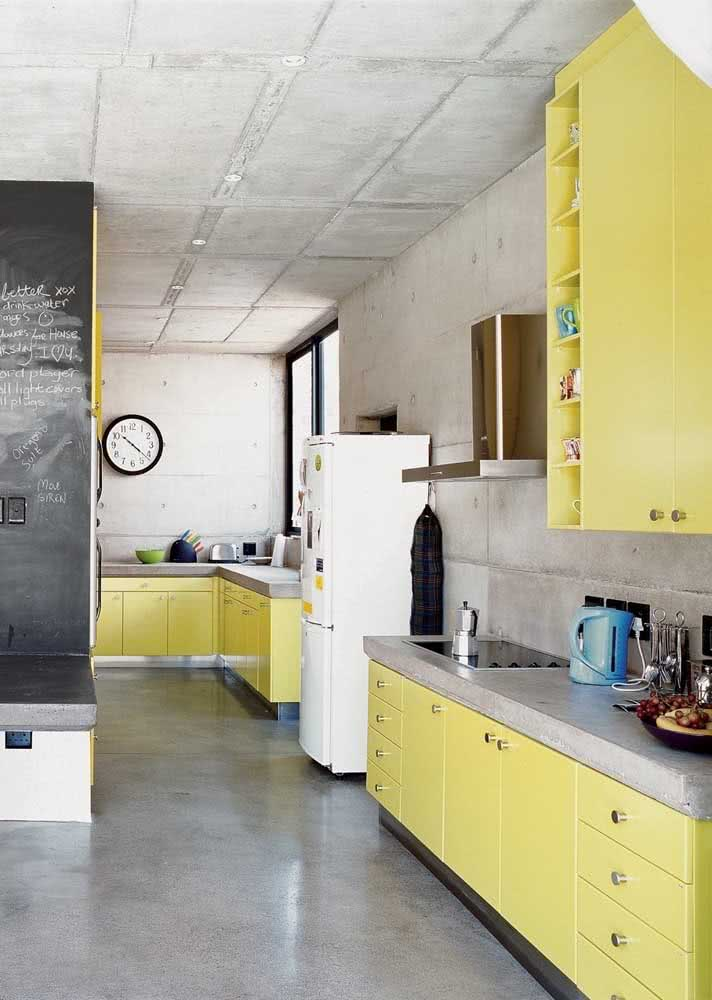 Cozinha amarela simples decorada em conjunto com o cimento queimado