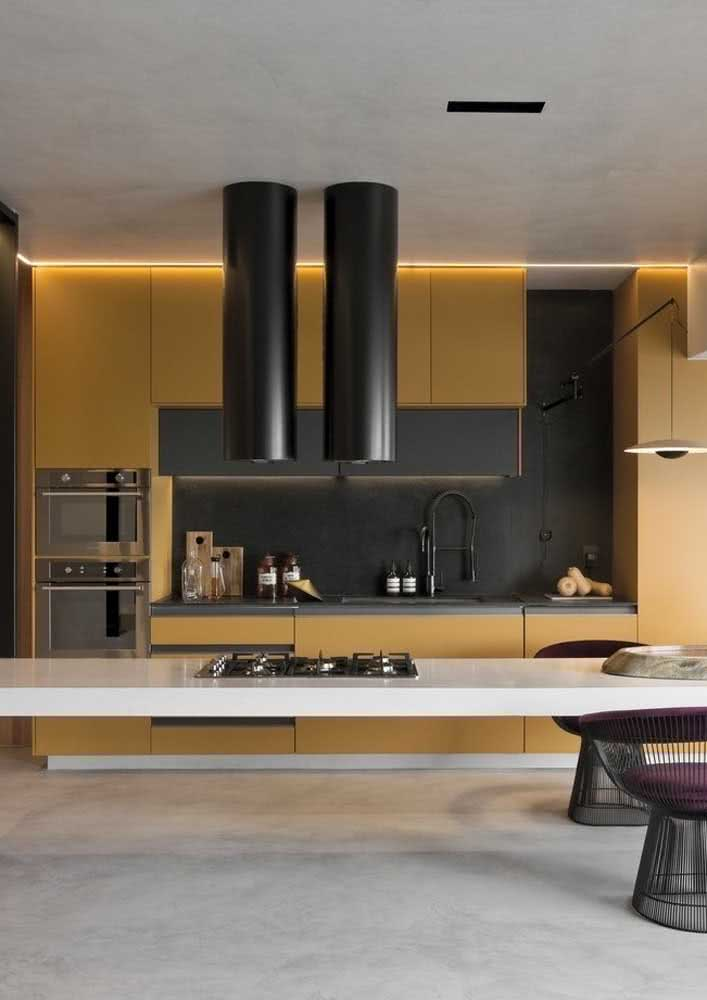 Cozinha amarela integrada. O toque de preto traz elegância para o projeto