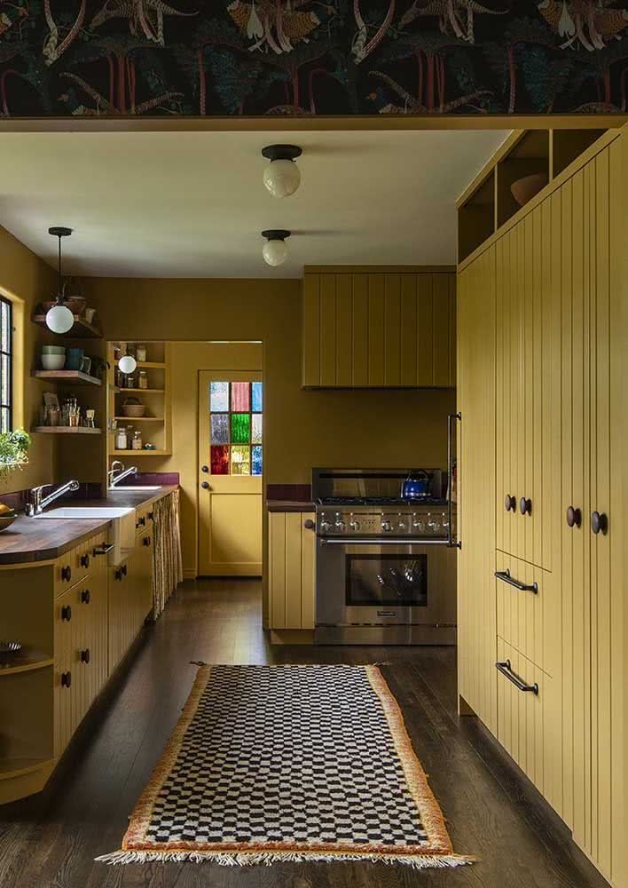 Cozinha amarela rústica com móveis de madeira