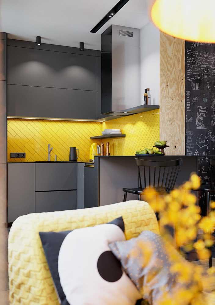 Amarelo para os revestimentos, preto para os móveis