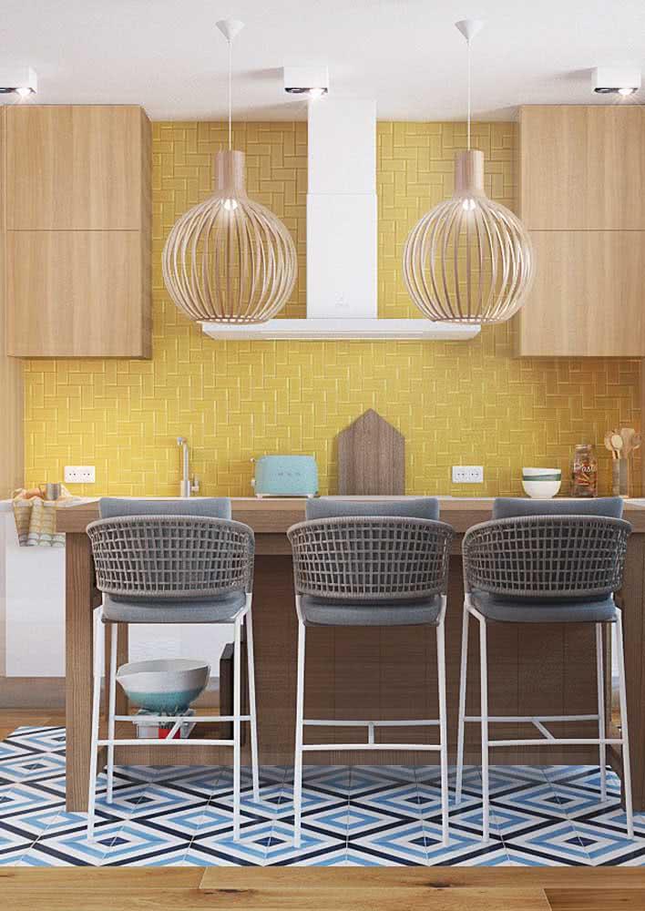 Aqui, a cozinha amarela moderna ganhou piso com detalhes azuis