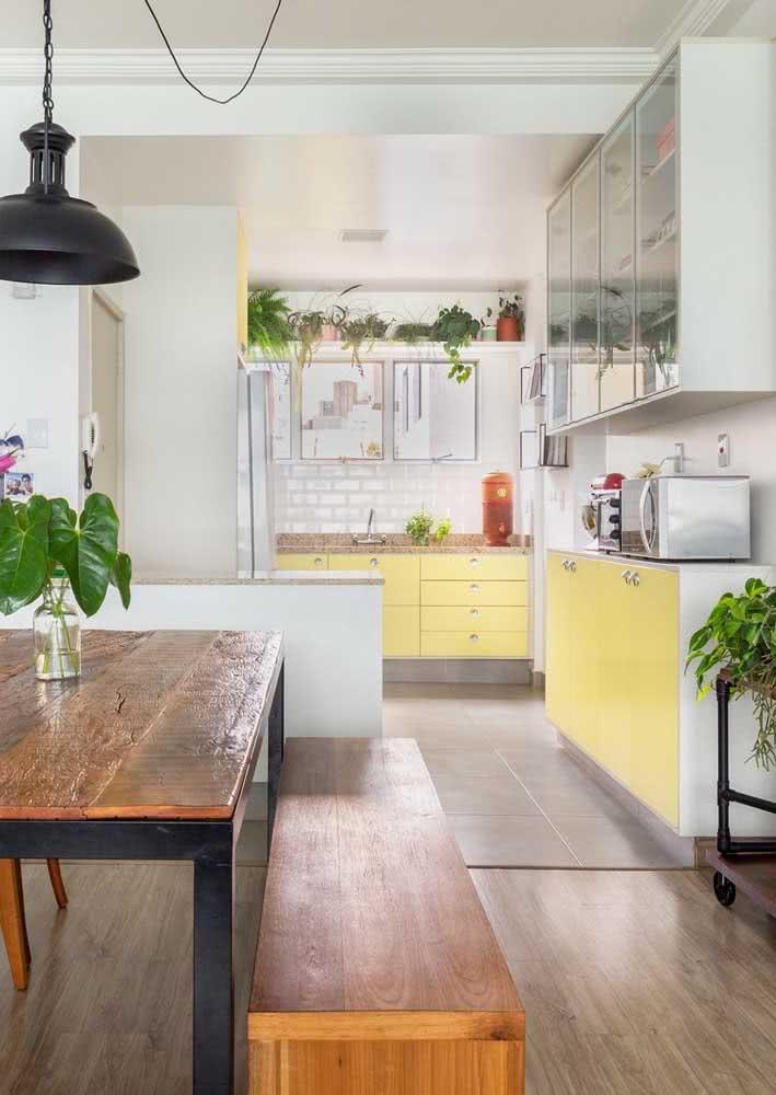 Essa cozinha amarela pequena é a prova de como a cor é aconchegante