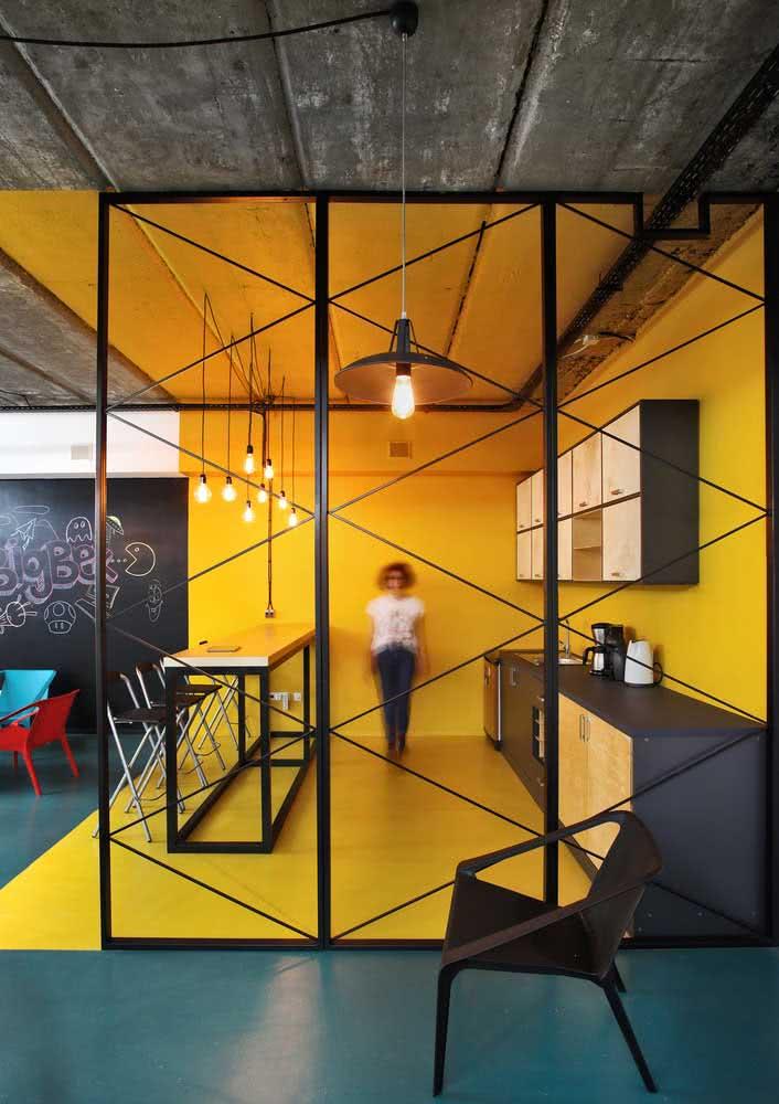A cozinha da caixa amarela