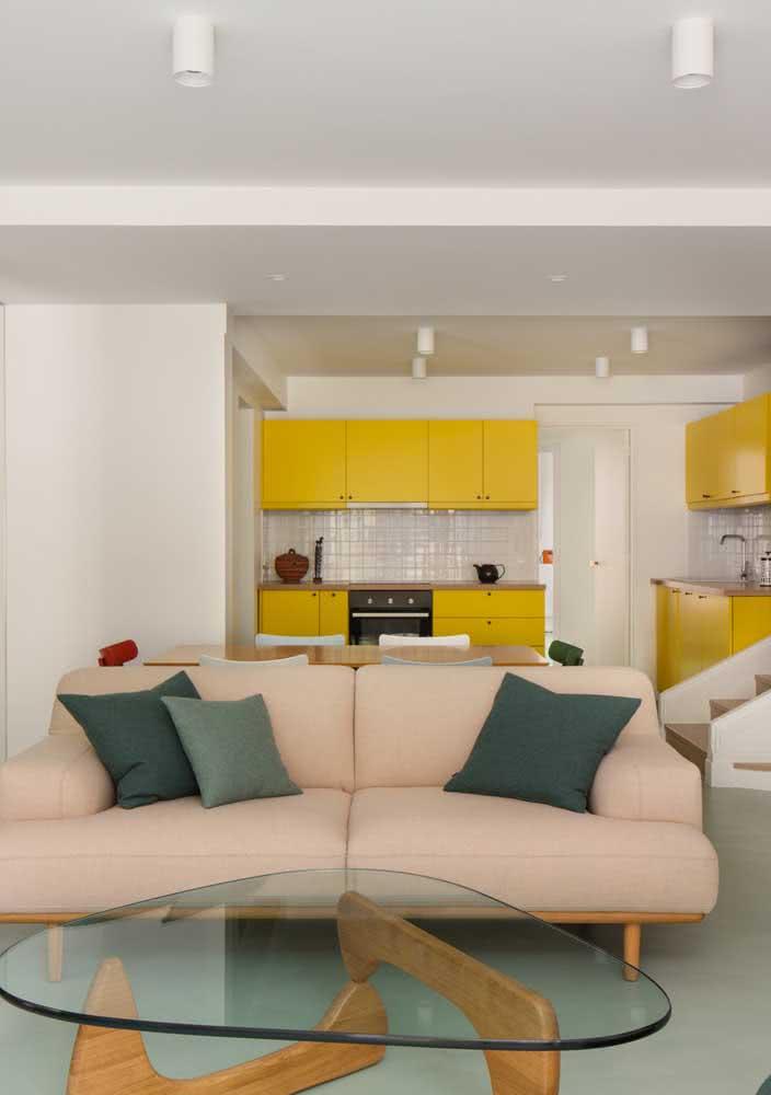 Cozinha amarela pequena e simples integrada com a sala