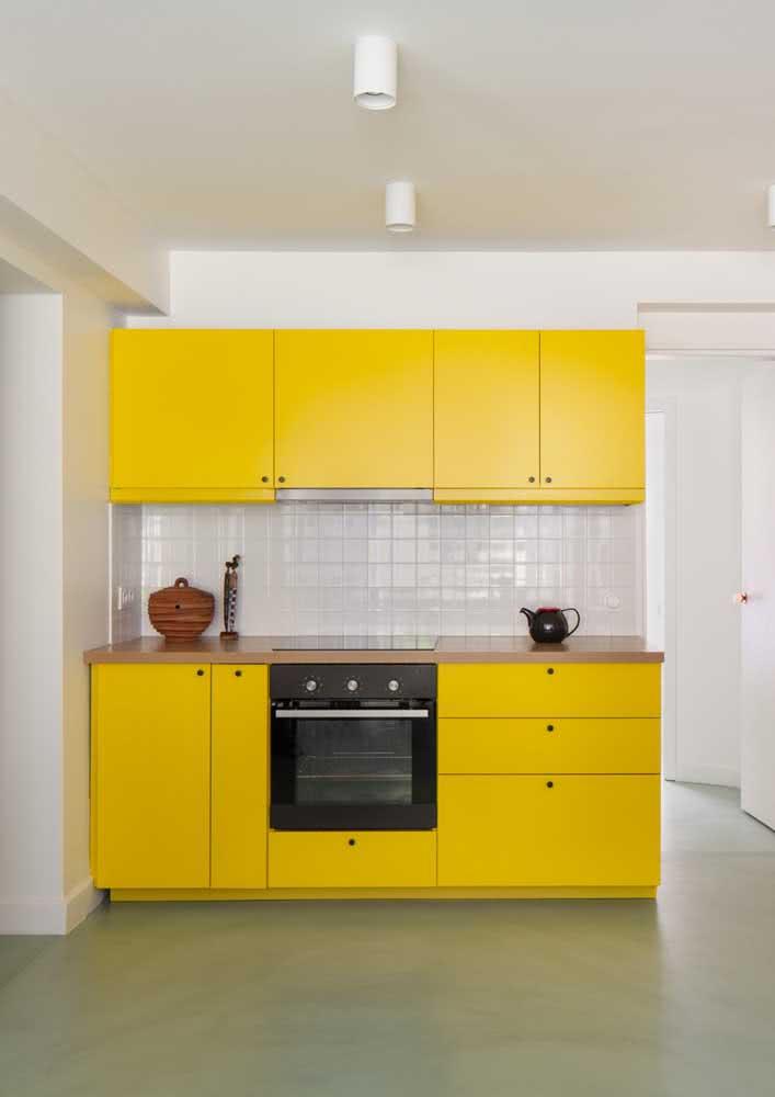 O armário amarelo é responsável por toda graça da cozinha