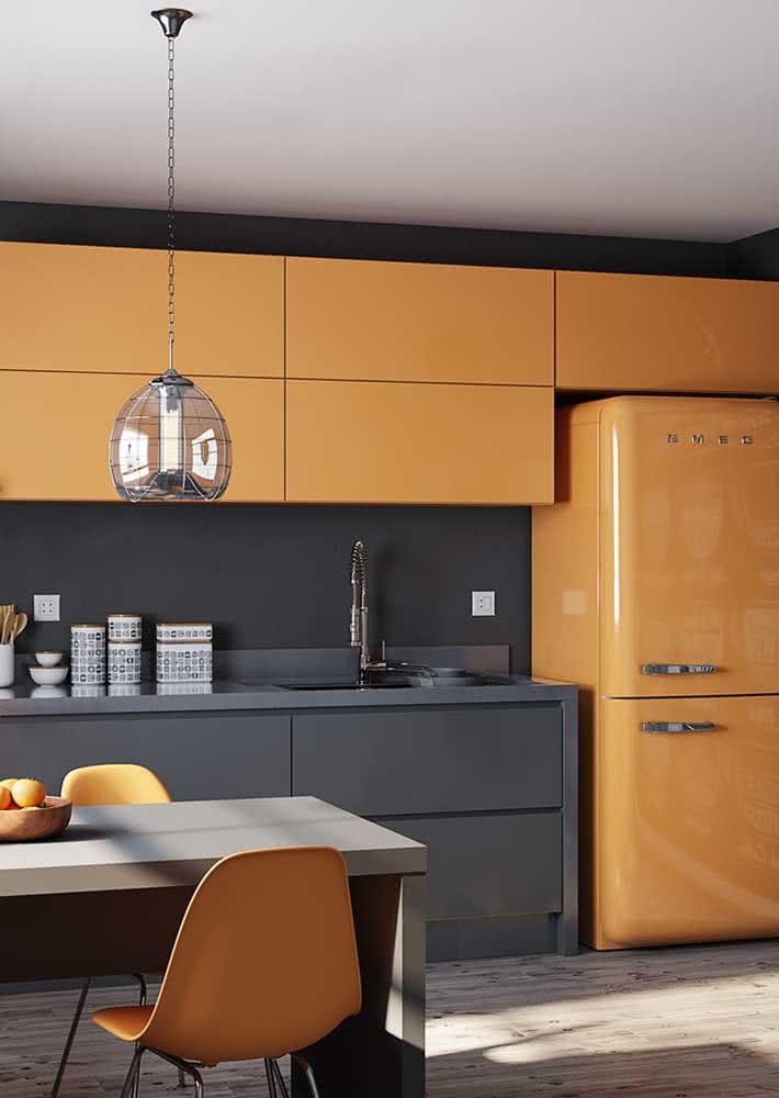 Amarelo na geladeira, armário e cadeiras