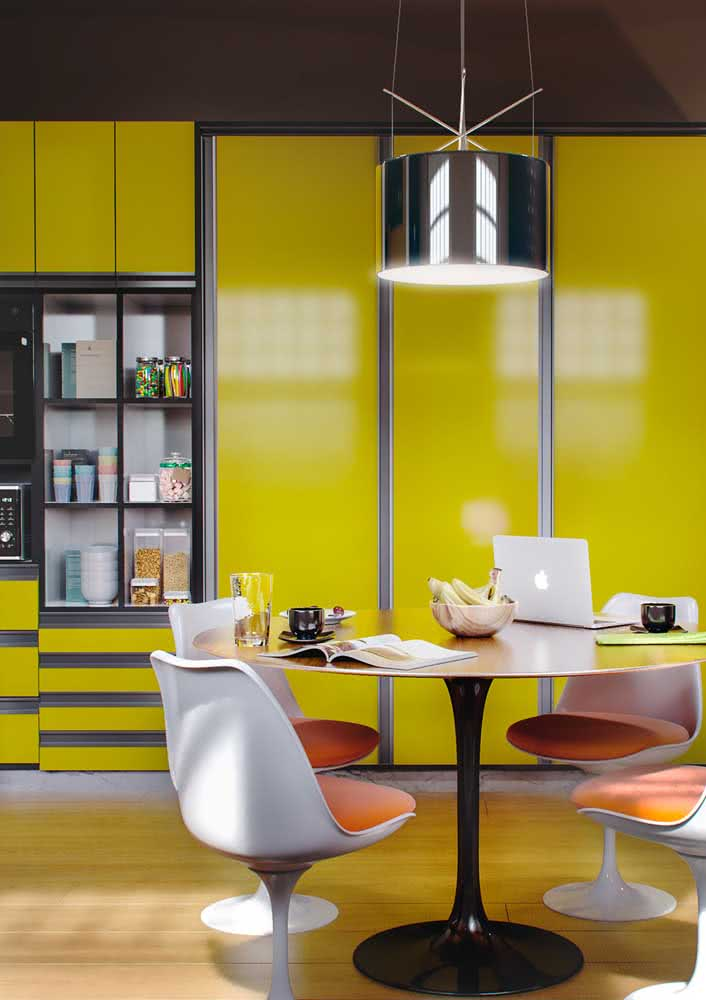 Uma inspiração de cozinha amarela para quem não tem medo de usar cor na decoração