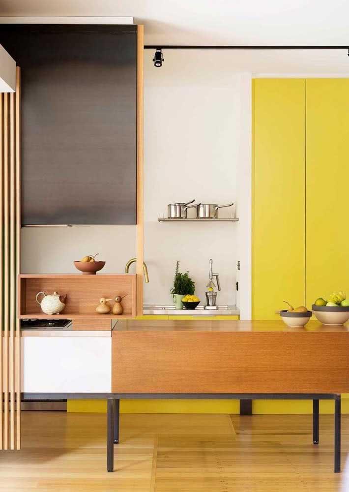 Amarelo e madeira para garantir conforto
