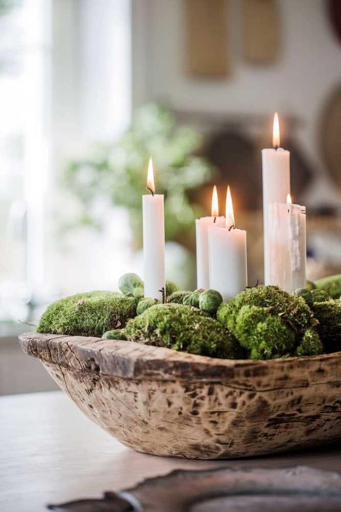 Enfeite de natal para o centro de mesa com velas brancas e musgos