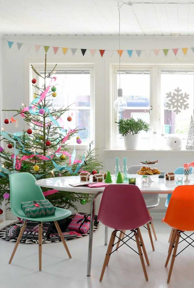 Decoração natalina colorida e com árvore natural