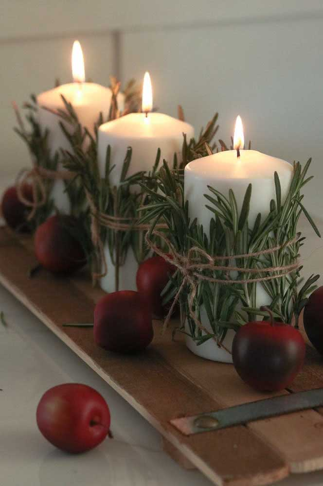 Enfeite simples de natal: velas, ramos e fita de sisal