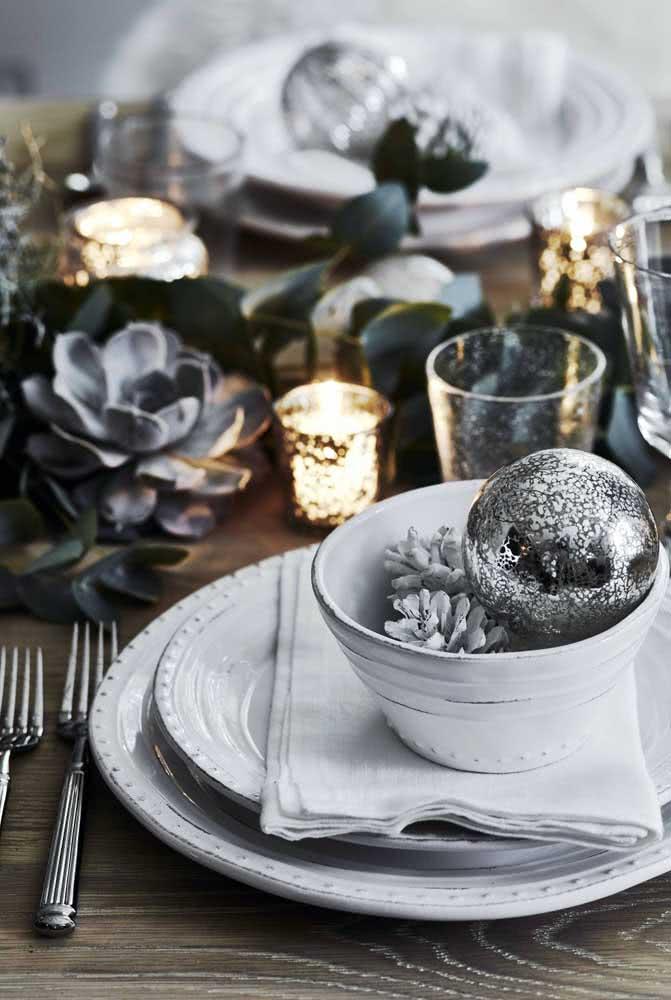 Mesa posta de natal decorada em tons de prata