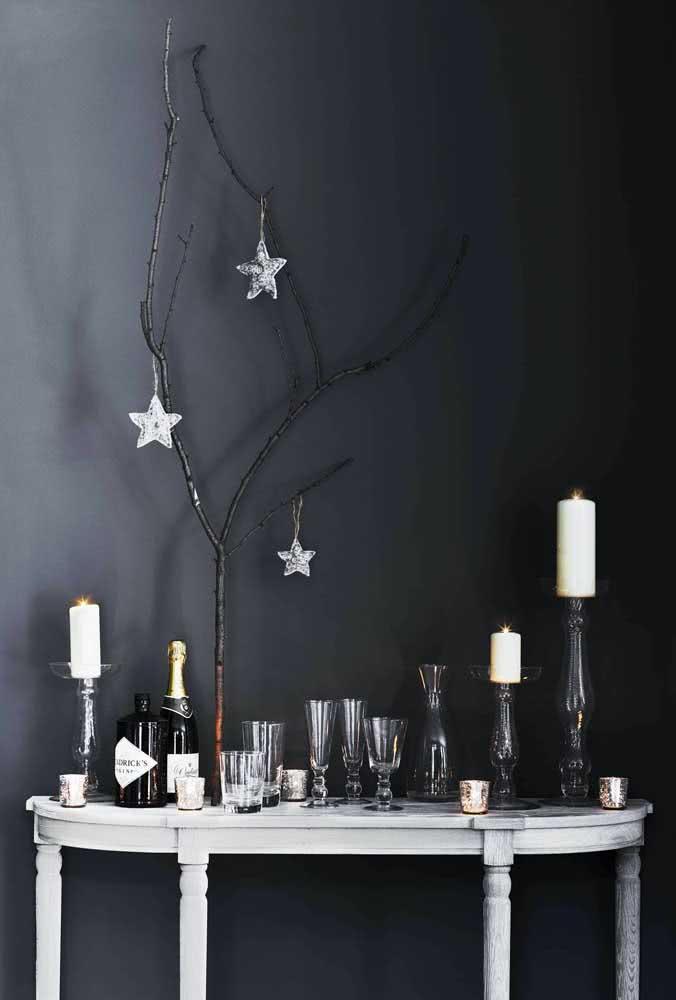 Com velas, taças e um galho seco você já tem uma decoração de natal