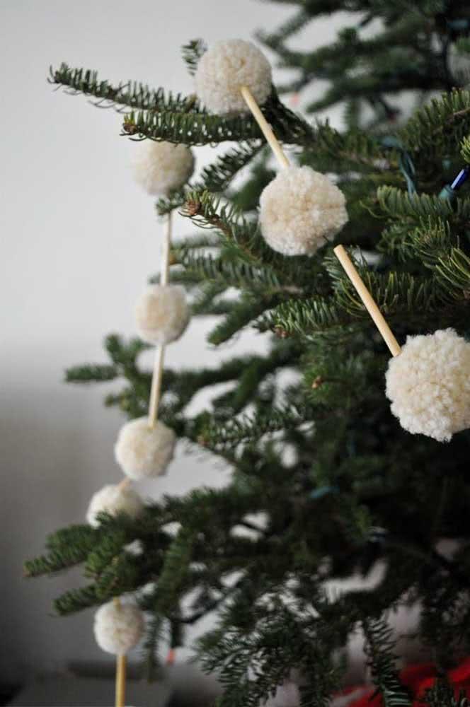 Cordão de pompom para a árvore de natal