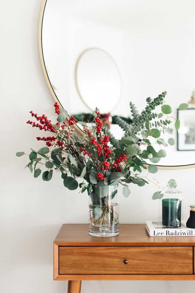 Arranjo simples de flores e folhas para o natal