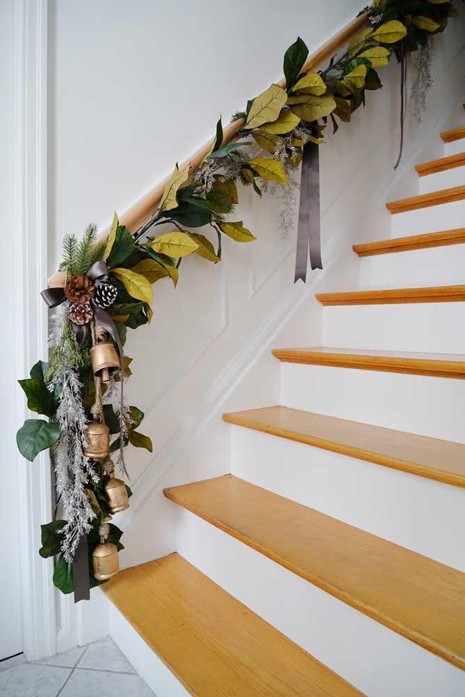 Até o corrimão da escada merece uma decoração natalina