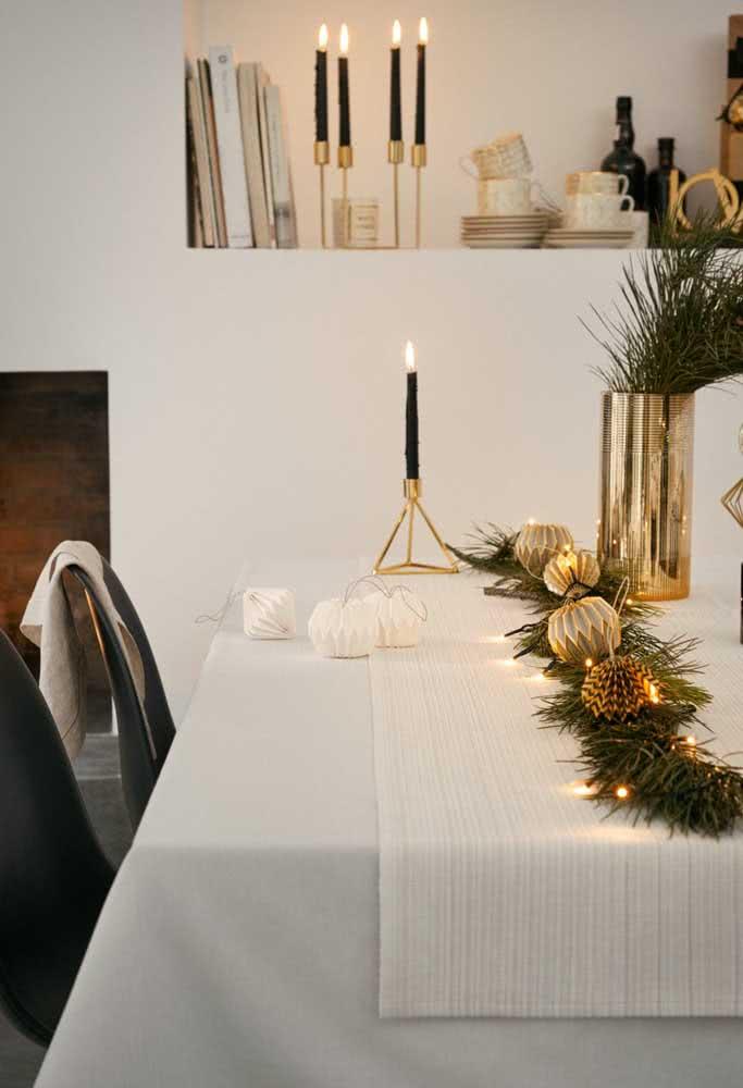 Decoração de natal para a mesa posta com ramos, pinha e bolinhas douradas