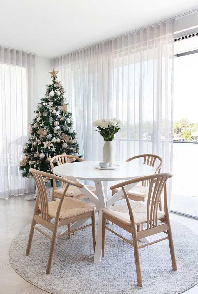 Árvore de natal na sala de jantar