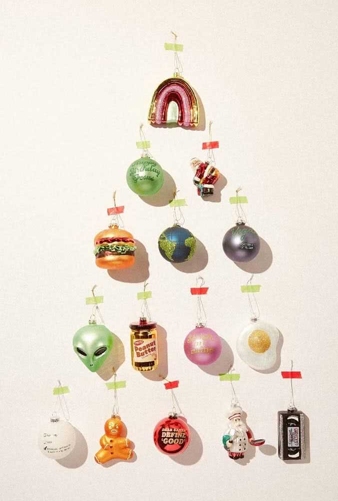 Árvore de natal de parede com enfeites divertidos