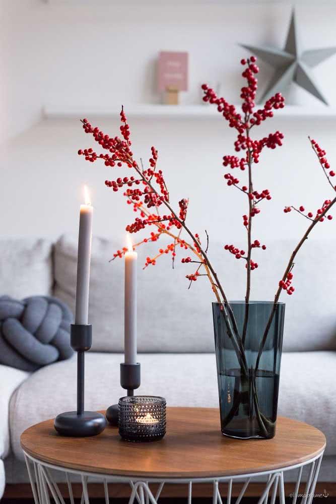 Velas e flores vermelhas sempre remetem a decoração natalina