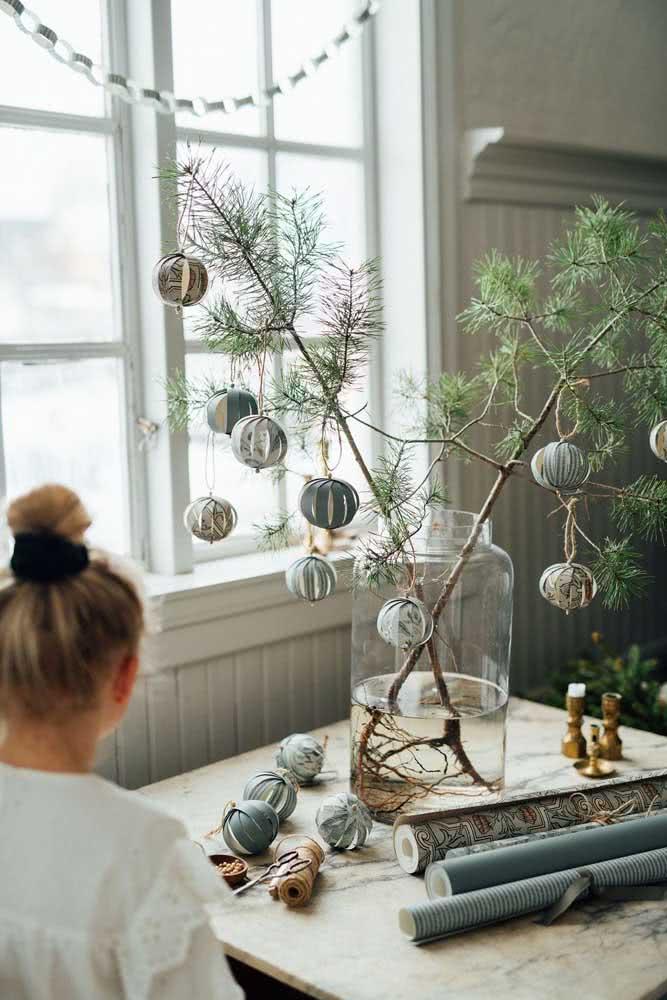 Galhos e bolas para uma decoração natalina moderna