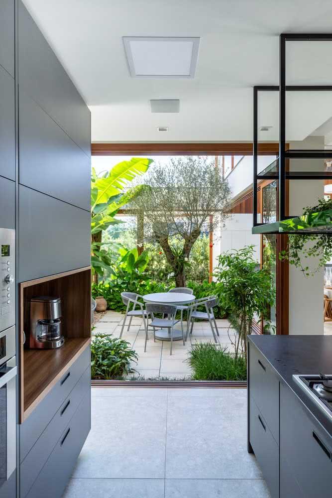 A integração com a cozinha deixa a área gourmet mais prática de ser utilizada