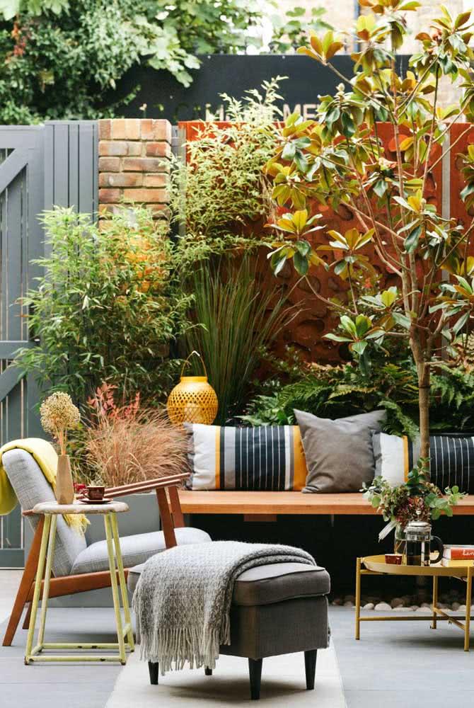 Área gourmet pequena rústica rodeada pelo jardim