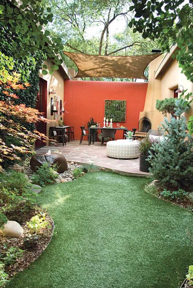 O estilo rústico marca a proposta de decoração dessa área gourmet pequena super charmosa