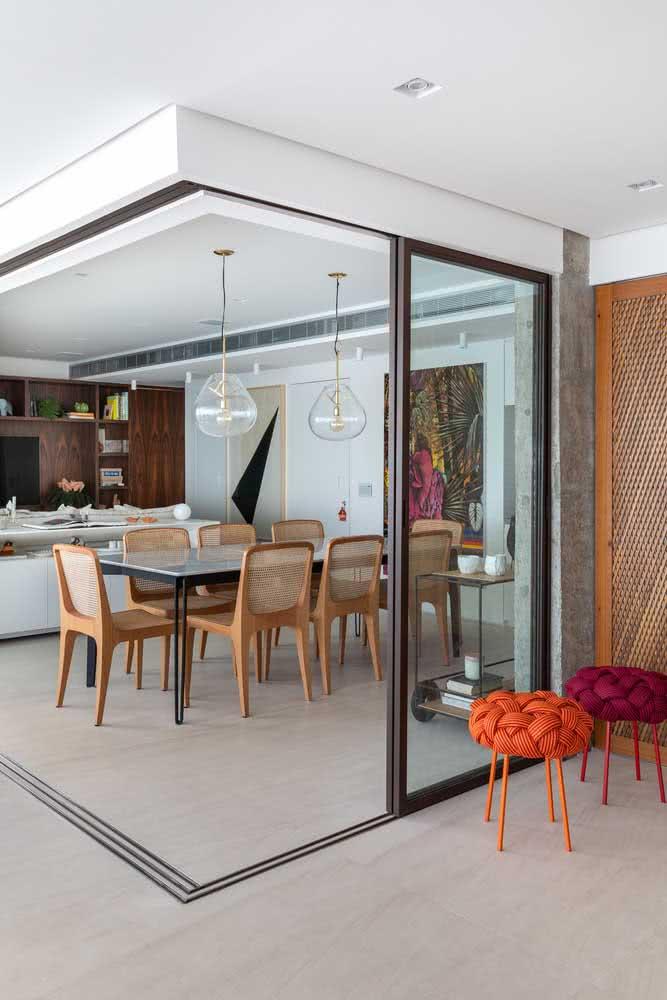 Área gourmet integrada pela porta de correr de vidro
