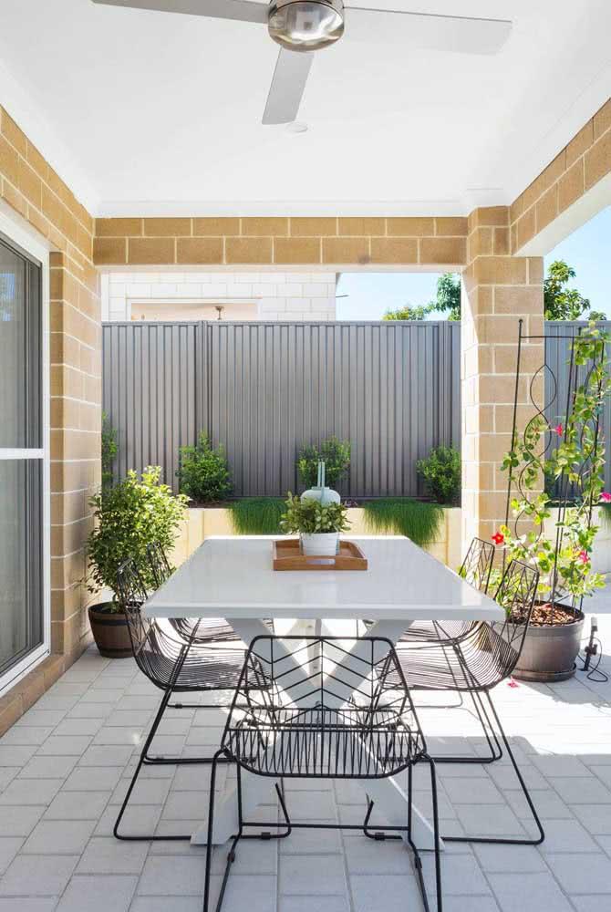 Área gourmet pequena e simples valorizada pelas plantas